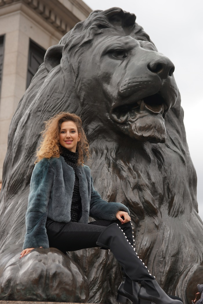 london-street-style-trafalgar-square-march-2015-wild-lion 15