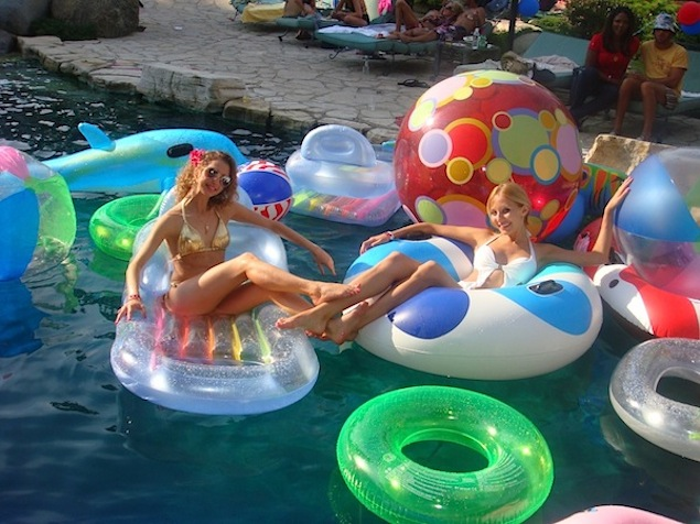 playboy_mansion_pool_party-inspiration-of-the-week-04