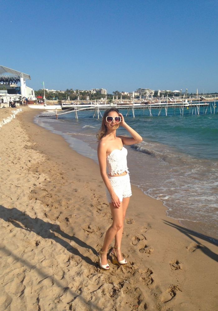 white-lace-croppet-outfit-at-the-beach-cannes-17