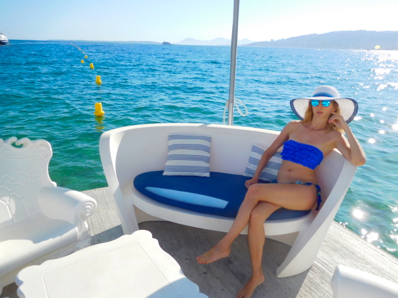 french-blogger-valentina-jual-les-pins-white-blue-sofa-by-the-sea-summer-2016-07